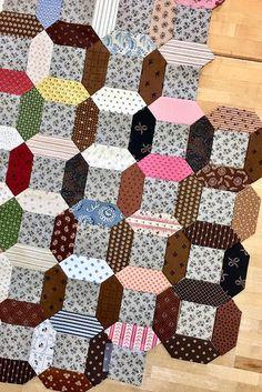 Summer Circles (Temecula Quilt Co) Hexagon Quilt, Quilt Block Patterns, Quilt Blocks, Tie Quilt, Patch Quilt, Paper Peicing Patterns, Civil War Quilts, My Sewing Room, English Paper Piecing