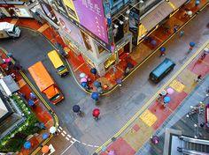 【行ってみたい場所】 街の色 | ナショナルジオグラフィック日本版サイト    夏の嵐で日常の汚れがすべて洗い流され、この街の本当の色が輝きだした。香港にて。