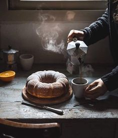 Ciambella alla ricotta e arancia- Ricotta orange bundt cake - Orangen Kuchen Dark Food Photography, Cake Photography, Coffee Photography, Orange Bundt Cake, Café Chocolate, Mini Desserts, Aesthetic Food, Biscotti, Food Styling