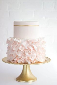 Blush and gold wedding cake. photo: Erica O'Brien Cake Design Beautiful Wedding Cakes, Gorgeous Cakes, Pretty Cakes, Extravagant Wedding Cakes, Amazing Cakes, Bolo Cake, Engagement Cakes, Wedding Cake Inspiration, Wedding Ideas