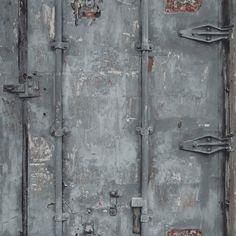 """Die Tapetenkollektion """"Exposed Warehouse"""" von Grandeco präsentiert sich mit ausdrucksstarken Farben, modernen Städtelooks, verschiedenen Holzmotiven und außergewöhnlichen Steinoptiken, teilweise..."""