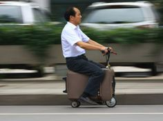 """He Liangcai circule sur son invention, un scooter-valise, à Changsha, dans la province chinoise du Hunan, le 28 mai. Cet autodidacte a passé les dix dernières années à développer ce véhicule qui peut pousser des pointes à 20 km/h. Electrique, le trois-roues est """"équipé d'un GPS, d'une alarme et d'un avertisseur"""", rapporte le site dédié à la Chine China Real Time. (AFP PHOTO) Publié le 27-05-2014 - Mis à jour le 29-05-2014 à 15h31 - Par Le Nouvel Observateur"""
