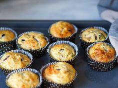 Lag saftige matmuffins med løk, oliven og soltørket tomat. Ypperlig i matpakken. Keto Chocolate Chip Cookies, Cloud Bread, Dessert Recipes, Desserts, Scones, Granola, Lunch Box, Food And Drink, Menu