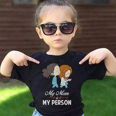 Mães fãs de Greys Anatomy só eu pirei nessa camiseta? Já queria pra Clara e Olívia!  . . . . #amaecoruja #blogAMC #pin #inspiração #greysanatomy #myperson #girlspower #mãede3 #douradosms #matogrossodosul #filhos #cure #love