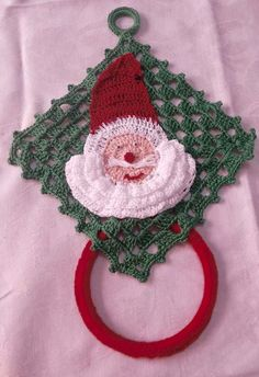 Porta pano de prato de papai noel Crochet Trim, Crochet Earrings, Crochet Patterns, Towel, Knitting, Halloween, Accessories, Crochet Carpet, Diy And Crafts
