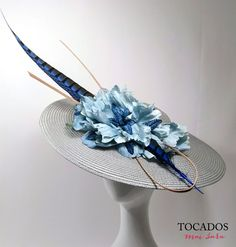 Pamela mediana paja gris y celeste CORDOBA Fascinators, Headpieces, Kentucky Derby Outfit, African Hats, Flapper Headpiece, Derby Outfits, Ascot Hats, Cocktail Hat, Love Hat