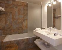 Nouvelles Salles de Bains avec parement de pierre des Grandes Rousses/ new set up of the bathroom with Grandes Rousses Stones on the wall