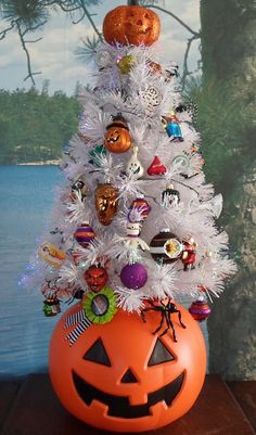 Halloween pumpkins Happier Than A Pig In Mud: Halloween Tree 2017 How to Choose the Best Lighting fo Halloween Christmas Tree, Halloween House, Holidays Halloween, Halloween Pumpkins, Fall Halloween, Happy Halloween, Halloween Witches, Diy Halloween Ornaments, Black Christmas Trees