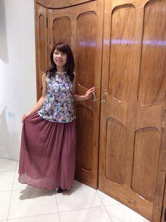 リゾート感たっぷりのロングドレスにはガーリーなお花柄をオンで可愛く♪