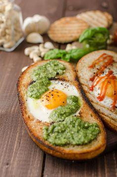 Mijn nieuwste ontbijt-ontdekking om sneetjes brood van een dag of 2 oud niet verloren te laten gaan, is deze Bull's eye toast.
