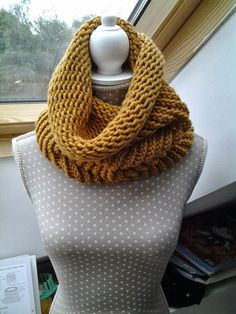 Tricotin géant: quelques modèles faciles et rapides à réaliser (tutoriel en PDF) Loom Knit Hat, Loom Knitting, Hand Knitting, Circular Loom, Round Loom, Crochet Wool, Yarn Bombing, Circle Scarf, Owl Hat