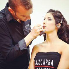 Jordi Justribó realizando un maquillaje #makeup #cazcarra #instagram