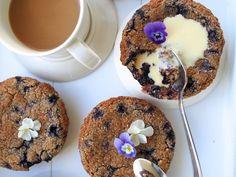 Synttärihuumaa: No bake Kinuski-Punaherukkakakku Doughnut, Snacks, Baking, Breakfast, Desserts, Food, Morning Coffee, Tailgate Desserts, Appetizers