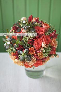 Свадебный букет из коралловых роз с суккулентами и перцами Centerpieces, Table Decorations, Floral Wreath, Wreaths, Bulbs, Bouquets, Flowers, Red, Home Decor