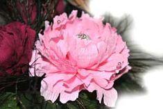 мастер класс по изготовлению пиона с конфетами. Подробные фото последовательно показывают процесс оформления цветка пион из гофрированной бумаги.