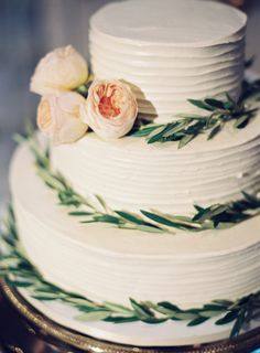 Pretty cake: http://www.stylemepretty.com/2015/04/19/romantic-chic-art-gallery-wedding/ | Photography: Joey Kennedy - http://joeykennedyphotography.com/