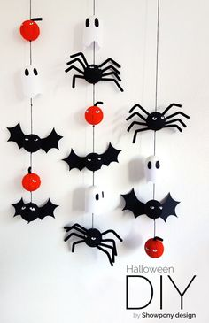 DIY Halloween decoration We are so glad to add a whole bunch of talented ladies to our Bloesem family. They bring us amazing craft projects week after week. This week we have Emma from Showpony with a Halloween decoration tutorial. Diy Deco Halloween, Diy Halloween Dekoration, Casa Halloween, Halloween Decorations For Kids, Hallowen Ideas, Halloween Crafts For Kids, Halloween Home Decor, Holidays Halloween, Halloween Scene