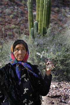 Antiguo México, Somos como Tú: Pura #Tradicion  Doña Ramona, chamán Seri, en Punta Chueca, #Sonora, #Mexico.  Imagen: Tomás Castelazo
