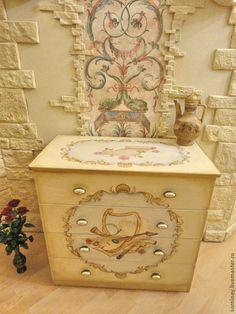 Роспись мебели. Старый отреставрированный комод получил вторую жизнь при помощи авторского рисунка, акриловых красок и недели труда. Это яркий пример того, что не стоит выбрасывать старую мебель или двери, а всегда можно их привести в порядок и даже сделать лучше прежнего!