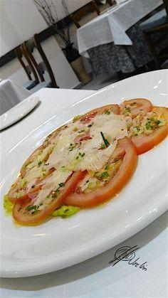 Esta receta de carpaccio de tomate es una forma distinta que hago en Errazki de degustar una ensalada de las tipo no-lechuga, con una presentación un poco más cuidada…. Sirve tanto como entrante, servida directamente en platos individuales, como de plato para compartir, disponiendo las lonchas de tomate en una fuente de la que cada... Lea más Veggie Recipes, Salad Recipes, Vegetarian Recipes, Cooking Recipes, Healthy Recipes, Chicken Recipes, Big Meals, Easy Meals, Guacamole Salad