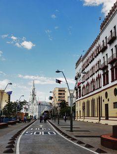 El Bulevar de la Avenida #Colombia, al fondo Iglesia la Ermita en #Cali