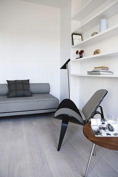Via Bobedre | Wegner Shell Chair | AJ Floor Lamp | Grey