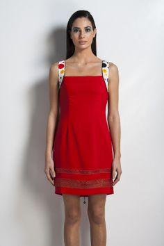 Vestido vermelho com alças coloridas. SiempreEsViernes
