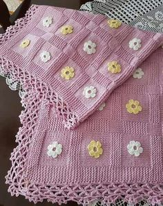 Diy Crafts - 2 Skewers With Big Cut Candy Case Flower Decorated Children Blanket . Knitted Baby Blankets, Baby Blanket Crochet, Crochet Baby, Afghan Crochet Patterns, Baby Knitting Patterns, Loom Knitting, Flower Diy, Flower Making, Diy Crafts