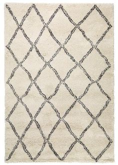 At JYSK we have a wide selection of large shag rugs and living room rugs. We also have rugs in a variety of colours like grey rugs and white rugs, to create extra comfort.