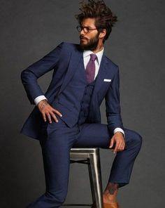Look de moda: Traje de Tres Piezas Azul Marino, Camisa de Vestir Blanca, Zapatos Brogue de Cuero Marrón Claro, Corbata Morado