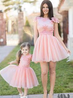 Rochii elegante mama si fiica Girls Dresses, Flower Girl Dresses, Graduation, Wedding Dresses, Fashion, Atelier, Dresses Of Girls, Bride Dresses, Moda