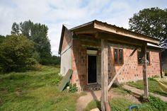 Do tej bocznej ściany dobudujemy kuchnię i łazienkę . Przed domem wybuduje się wiatrołap, żeby nie wchodzić z zewnątrz prosto do pokoju.