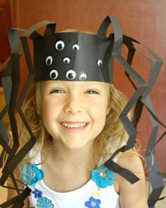 Spider Headband Craft to use with spider theme, Halloween activities, letter S activities, or the Itsy Bitsy Spider in preschool and kindergarten. Masque Halloween, Theme Halloween, Fall Halloween, Halloween Parties, Scary Halloween, Halloween Makeup, Halloween Pictures, Costume Halloween, Daycare Crafts