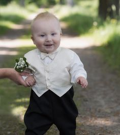 En del bilder berör mer än andra. Här är lille Otto som får mig att le varje gång jag tittat på denna bild. #scandinavia #bestofscandinavia #sverige #sweden #sweden_photolovers #bröllop2016 #bröllopsfotograf #bröllopsinspiration #bröllopsfotografering #wedding #weddingday #meralink #linköpinglive #lkpg #bjärkasäby #jonas_fotograf #erikaanna2016 #ig_great_pics #ig_captures #ig_masterpiece #weddingphotographer