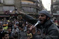 シリア北部アレッポ(Aleppo)で、政権との戦いに参加するよう人々に呼び掛けるイスラム武装組織「イラク・レバント(地中海東岸地域)のイスラム国(Islamic State of Iraq and the Levant、ISIL)」のメンバー(2013年11月13日撮影、資料写真)。(c)AFP/AHMUD AL-HALABI ▼4Feb2014AFP|アルカイダ、ISILとの関係を否定 http://www.afpbb.com/articles/-/3007754 #Aleppo #Islamic_State_of_Iraq_and_the_Levant #ISIL