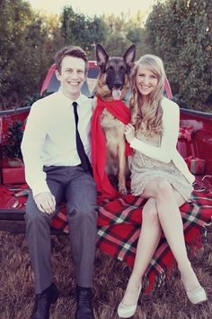 family picture poses for christmas cards Christmas Pictures Outfits, Family Christmas Pictures, Christmas Couple, Holiday Pictures, Christmas Photo Cards, Family Pictures, Christmas Card Photo Ideas With Dog, Christmas Clothes, Holiday Cards