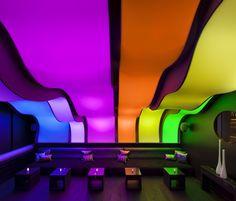 Das W Hotel in Montreal präsentiert sich mit einer neuen Bar mit dem Farbenspektrum des Regenbogens—die buchstäblich Wunderbar leuchtet! Diese Bar ist ein Meisterwerk an Farben und Designs und schafft eine einzigartige Atmosphäre. Während die Lichter in der Wunderbar Lounge bunt und hell sind, setzt der Rest der Bar einen, minimalistischen coolen Akzent. Ein schimmernder(...)