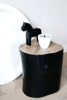 black tree trunk as a night stand or a coffee table next to the couch. Tree Trunk Table, Black And White Interior, Black White, Black Tree, Trendy Tree, Home And Deco, Wood Furniture, Industrial Furniture, Diy Home Decor