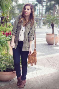 Jaqueta militar + botinha marrom.