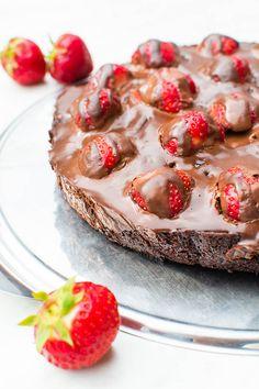Brownie-Tarte mit frischen Erdbeeren und Ganache {vegan} | Kaffee & Cupcakes #Brownies #Erdbeeren #Tarte #Ganache #Schokolade #vegan