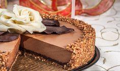 SASTOJCI Broj osoba: 12 osoba Za oblogu torte, dno i stranice 200 gr cokoladni keks, kakao cookies sa komadicima cokolade 100 gr sveze pecenih lesnika 120 gr maslaca 150 gr tamne cokolade za kuvanj...
