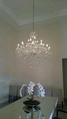 Belo lustre chandelie trazendo classe e requinte a sua casa Chandelier, Ceiling Lights, Lighting, Home Decor, Cluster Pendant Light, Houses, Candelabra, Decoration Home, Light Fixtures