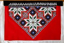 Bringeduk/bringeklut Scandinavian Embroidery, Hardanger Embroidery, Going Out Of Business, Abayas, Beading Patterns, Norway, Loom, Folk Art, Ornament