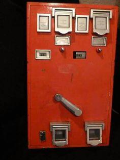 De postzegel-automaat.... uit een tijd waarin je die BUITEN nog veilig op kon hangen.... dat moet je je nu eens voorstellen.....