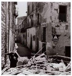 Donna tra le rovine di Agrigento, 17-18 luglio 1943/Woman amid the ruins of Agrigento, 17-18 July 1943 - Robert Capa in Italia 1943 - 1944 / Mostre - Museo di Roma