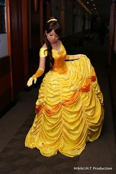 belle costume tutorial, like the skirt, hard to understand instructions Costume Tutorial, Cosplay Tutorial, Cosplay Diy, Disney Cosplay, Disney Costumes, Best Cosplay, Cool Costumes, Cosplay Costumes, Costume Ideas