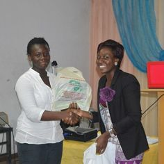 Founder of Bellafricana (Right) presenting gifts to the most attentive. digest.bellafricana.com
