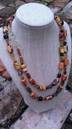 Vintage feel : amber glass beads and paper beads necklace - BEADING DIY Make Paper Beads, Paper Bead Jewelry, Diy Jewelry Necklace, Paper Earrings, Bead Jewellery, How To Make Beads, Clay Jewelry, Handmade Necklaces, Stud Earrings