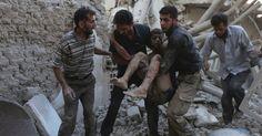 Homens carregam corpo de menino ferido após ataques aéreos em Douma, na Síria…