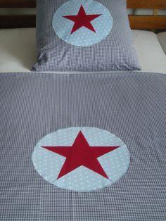 Wunderschöne Bettwäsche aus dunkelblauem Vichy-Karostoff mit appliziertem hellblauen Kreis und rotem Stern.    Der Vichy-Karostoff entspricht der Oeko